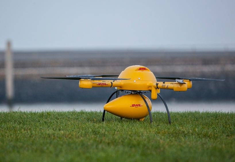 Il Parcelcopter di DHL con la capsula ultraleggera per il trasporto di medicinali