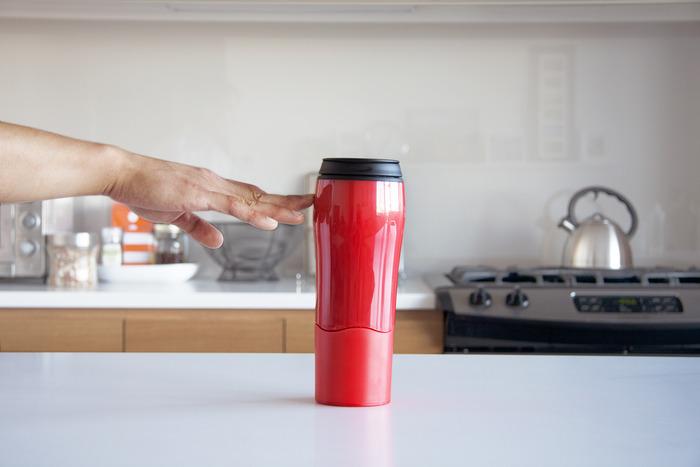 La tazza non cade quando viene colpita lateralmente