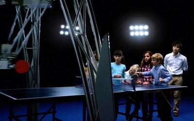 Il robot gioca a ping pong con un bambino e si adegua al suo modo di giocare permettendo di portare avanti una partita