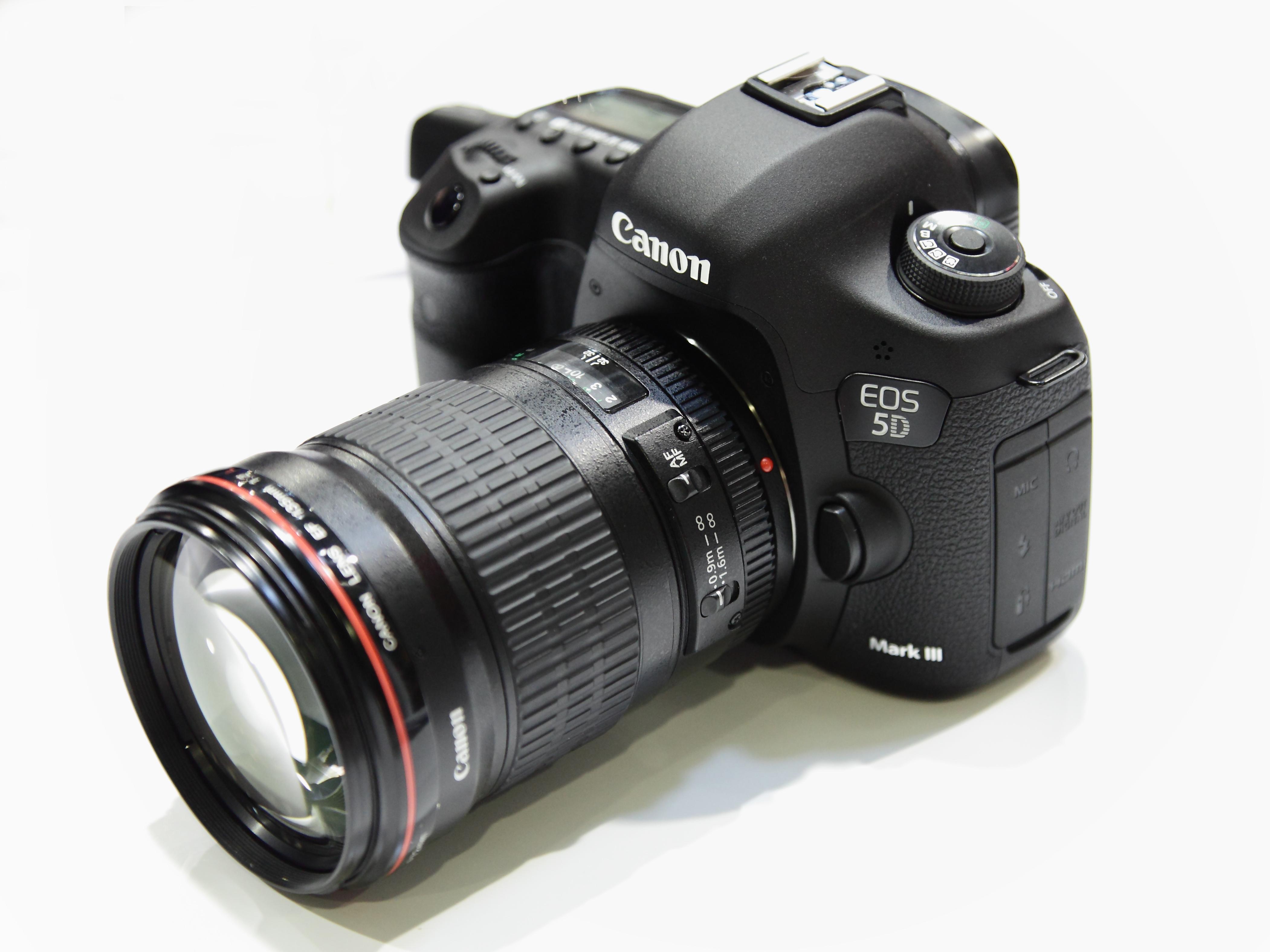 Canon EOS 5D Mark III con obiettivo